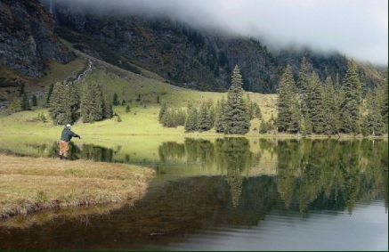 """Das Fliegenfischen in diesem """"FLY only, ohne Entnahme"""" Gewässer, ist ein besonderes Erlebnis. Man ist umhüllt von gewaltigen Felswänden und das Wasser ist meist glasklar. Der See ist mit dem Auto sehr gut erreichbar und es befinden sich Almhütten am See die bewirtschaftet sind. Vom 1. Mai bis zum 30. September kann man hier seiner Leidenschaft nachgehen."""